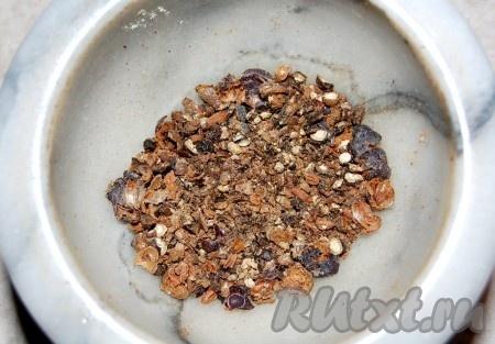 В ступке растолочь пряности - черный перец горошком, ягоды можжевельника, гвоздику.
