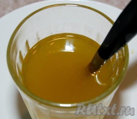 Оливковое масло смешать с уксусом и вылить в рыбу.