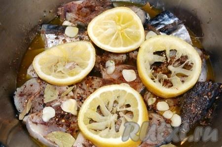 Накрыть тарелкой, поставить груз и убрать в холодильник на 2 дня. Через два дня скумбрия пряного посола будет готова порадовать вас своим вкусом. Рыбка, приготовленная по этому рецепту в домашних условия, очень хороша с картошечкой и укропчиком.