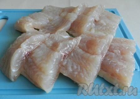 Рыбное филе вымыть и обсушить бумажными полотенцами. Разрезать филе на порционные кусочки.