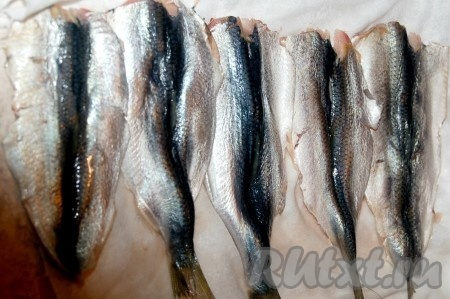 Рыбу промыть, подержать на ситечке, чтобы стекла лишняя вода. Осторожно вынуть хребет и мелкие косточки. Получится филе рыбки.