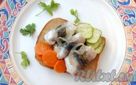 Нежные, вкусные рулетики из маринованной салаки можно употреблять по-разному, например, использовать для вкуснейших бутербродов.