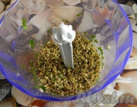 Орехи измельчить в блендере вместе с чесноком и петрушкой (петрушку предварительно нарезать, чеснок измельчить),