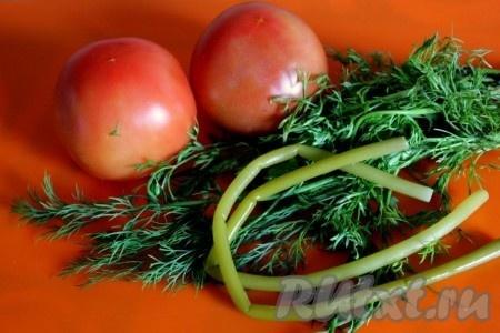 Ингредиенты для соуса из помидоров с кинзой и черемшой.