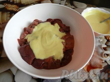Примерно 2/3 соуса отложить, в оставшемся соусе замариновать куриную печень на 30 минут.
