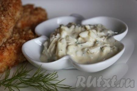 Сметанный соус, приготовленный по этому рецепту, получается интересным на вкус, он станет прекрасным дополнением к рыбным блюдам. Да и ко многим мясным блюдам он тоже не будет лишним.