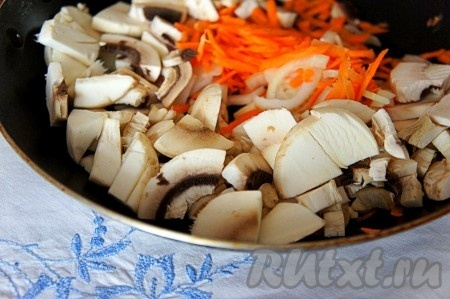 Сначала приготовим начинку для куриных грудок. Для этого шампиньоны нарезать, добавить к ним мелко нарезанный репчатый лук и натертую на терке морковь.