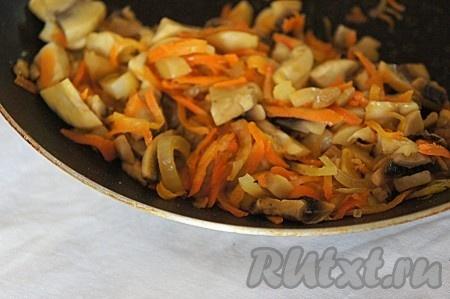 Добавить немного растительного или оливкового масла на сковороду и обжарить грибную начинку на среднем огне в течение 3 минут. Не забудьте добавить соль и черный свежесмолотый перец по вкусу.