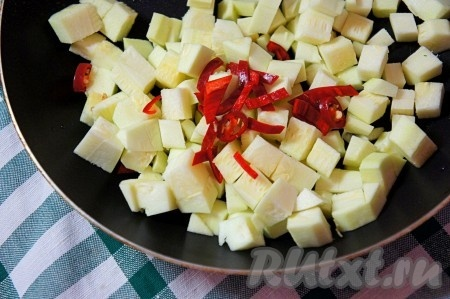 Кабачок нарезать средним кубиком, добавить к нему мелко нарезанный острый перец.