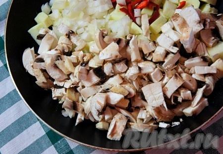 Добавить нарезанные шампиньоны и мелко нарезанный репчатый лук.