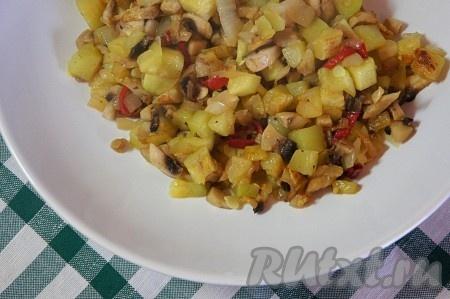 Добавить немного растительного масла, соль, специи и обжарить начинку в течение 5 минут при постоянном помешивании.