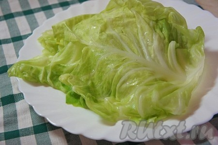 У капустных листьев удалить жесткие части листа и отварить их в слегка подсоленной, кипящей воде в течение 3-5 минут. Остудить.