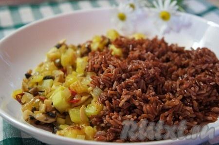 Рис немного остудить и добавить к овощной начинке. Добавить сушеный розмарин, базилик и и перец чили. Перемешать. Начинка для овощных голубцов готова.