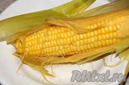 Когда кукуруза сварится, сливаем всю воду. Я сливаю воду, используя не плотно прикрытую крышку, только нужно делать это очень осторожно, так как можно ошпариться.