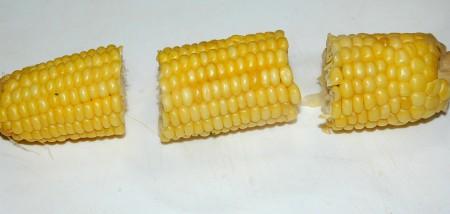 Для более удобной сервировки разрезать початок вареной кукурузы на 3 части.