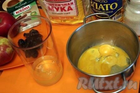 Разделите яйца на белки и желтки.