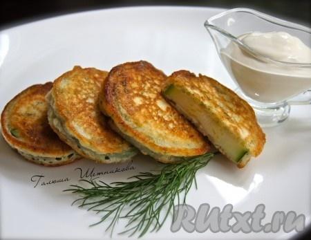 Наши вкусные, аппетитные кабачки, жареные в кляре, подавать к столу горячими со сметаной.