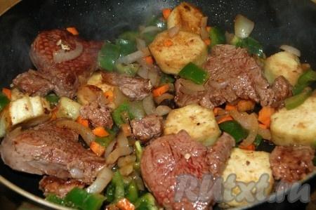 Перемешать все овощи с мясом.