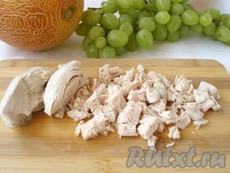 Отварную куриную грудку нарезать небольшими кусочками.