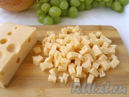 Сыр нарезать кубиками.
