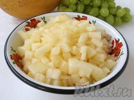 Меньшую часть дыни нарезать в салат.