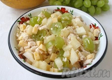 Виноград, дыню, сыр, курицу аккуратно перемешать, заправить салат йогуртом. Вкусный, сочный салат с дыней и курицей готов.