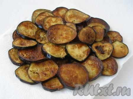 Обжарить кружочки баклажанов на растительном масле с двух сторон до румяной корочки.