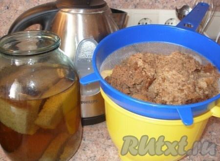 """Когда закваска готова, берем 3-литровую банку, насыпаем сухари (немного, примерно 3 горсти), сахар и осторожно заливаем кипятком по """"плечики"""" банки. Оставляем настаиваться. Когда остынет до теплого состояния, добавляем закваску. На 3-литровую банку достаточно 0,5 литра закваски."""