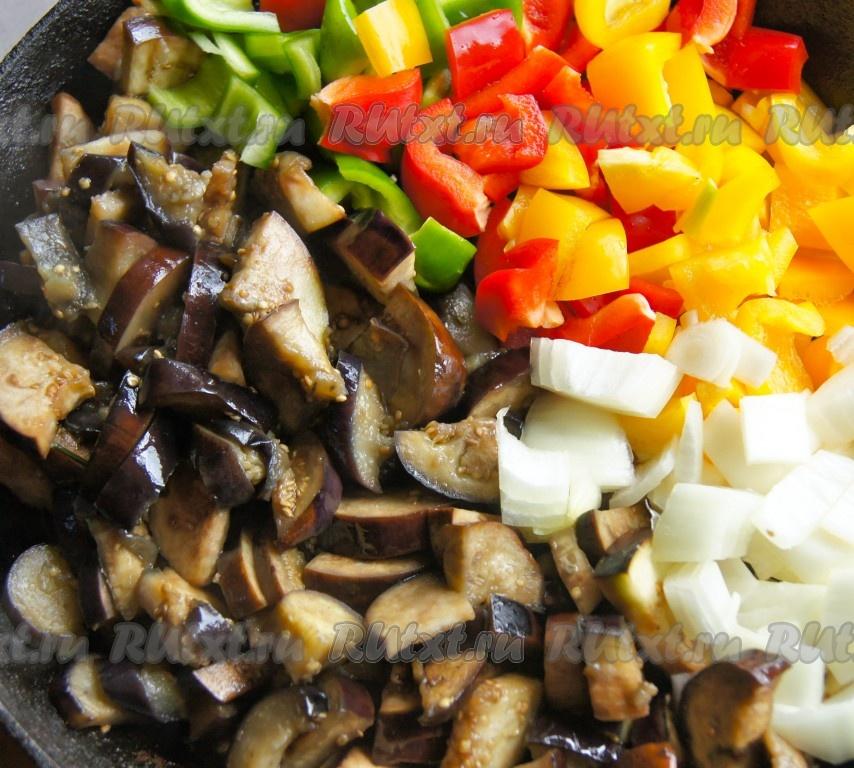 баклажаны тушеные с овощами на сковороде