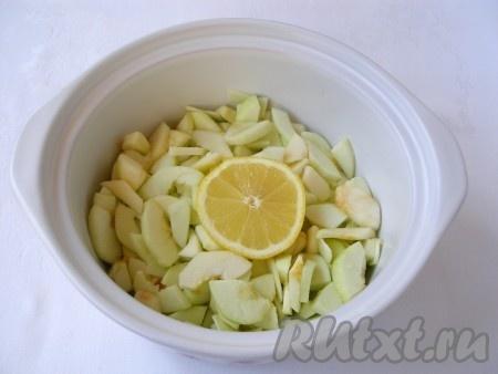 В процессе нарезания сбрызгивать яблоки лимонным соком, чтобы они не потемнели. Добавить воду (чтобы она доходила до середины яблок), всыпать ванильный сахар и поставить варить.