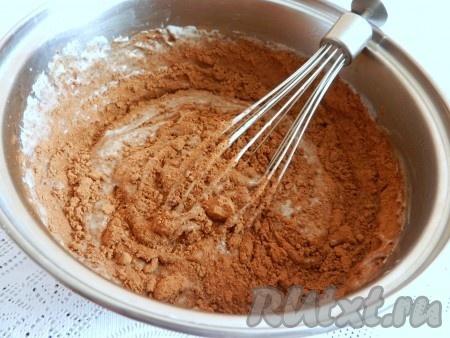 Всыпать какао, влить горячие сливки и поставить на огонь.