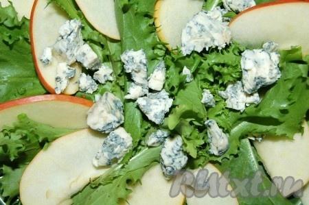 Яблоко и сыр с плесенью добавить на тарелку к листовому салату.