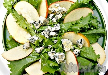 Элегантный и вкусный салат с сыром с плесенью готов.