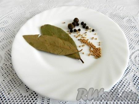 Приготовить лавровый лист, черный перец, душистый перец, зерна горчицы для маринада.