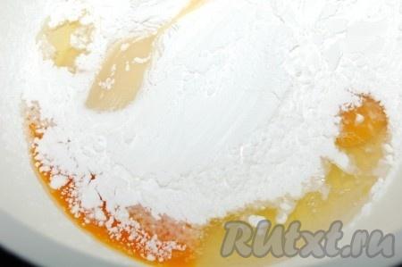 В миске смешать сгущенное молоко, яйца, крахмал, соль и соду.