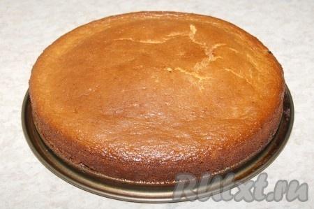 Дать остыть пирогу из сгущенного молока прямо в форме. Затем вынуть пирог из формы.