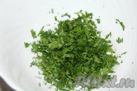 Зеленый лук мелко нарезать и добавить в миску к кинзе.