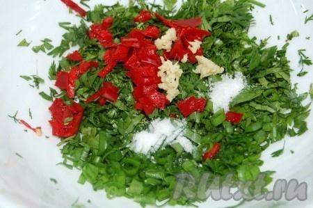 Мелко нарезанный острый перец, натертый имбирь, соль, сахар  добавить  в миску с кинзой и зеленым луком.