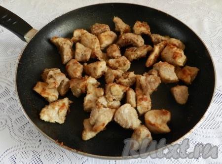 На растительном масле обжарить мясо до румяной корочки, присыпать мукой, перемешать, чтобы мука тоже прожарилась.