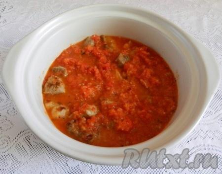 Свинину переложить в отдельную кастрюлю, залить томатным соусом, перемешать. Поставить на огонь, довести до кипения и тушить на медленном огне до готовности мяса, примерно 1 час.