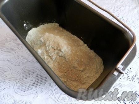 В ведерко хлебопечки влить воду, всыпать соль, сахар, добавить масло, муку и дрожжи. Включить режим