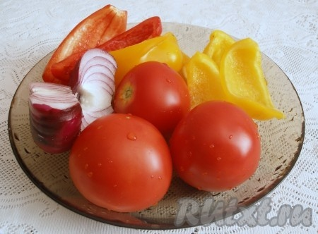Овощи для салата вымыть, лук и болгарский перец очистить.