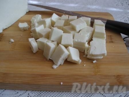 Козий сыр нарезать кубиками.
