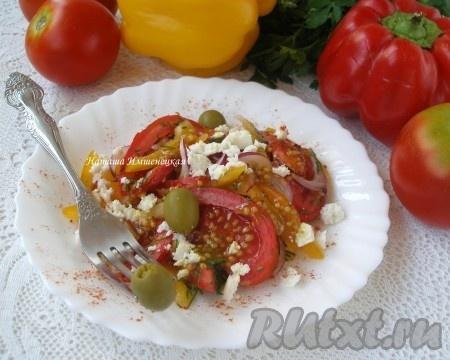 Для порционной подачи на тарелку выложить салат, заправить заправкой, добавить оливки и сыр, посыпать молотой паприкой. Вкусный, ароматный, свежий салат с болгарским перцем, помидорами и сыром готов.