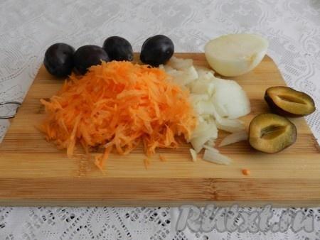 Нарезать лук, морковь натереть на терке.