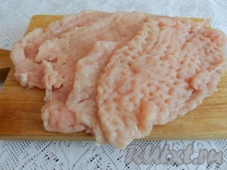 Кусочки филе накрыть полиэтиленовой пленкой и хорошо отбить.
