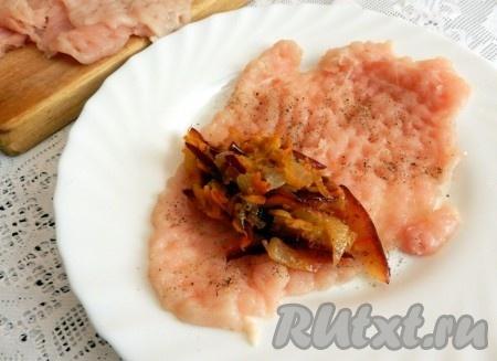 Куриное филе посолить, поперчить. Выложить начинку, распределив ее по поверхности филе, но не до краев, чтобы рулетики могли скрепиться.