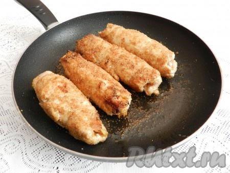 На сковороде разогреть оливковое масло, обжарить рулеты из куриной грудки с начинкой из слив со всех сторон, затем накрыть крышкой и довести до готовности на медленном огне примерно 15-20 минут.