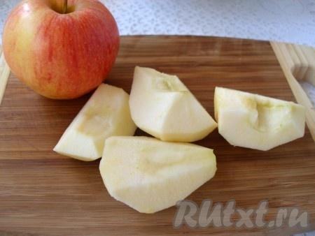 Яблоко очистить от кожуры и сердцевины, нарезать небольшими кусочками.
