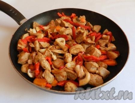 В сковороде разогреть растительное масло и обжарить сначала мясо, затем добавить лук и морковь, болгарский перец, грибы. Выдавить чеснок через пресс, посолить, поперчить.